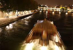 Ánh sáng theo thuyền chạy trên sông