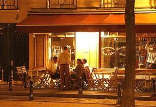 Quán cafe Dauphine về đêm