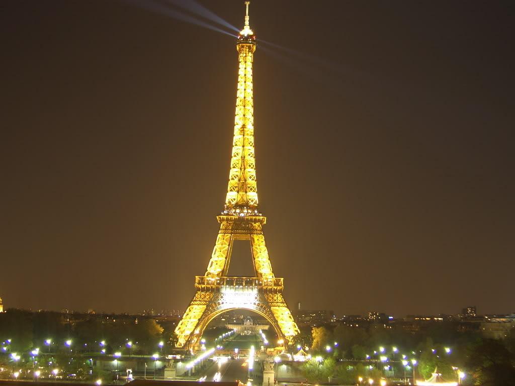 Tháp Eiffel rực sáng về đêm