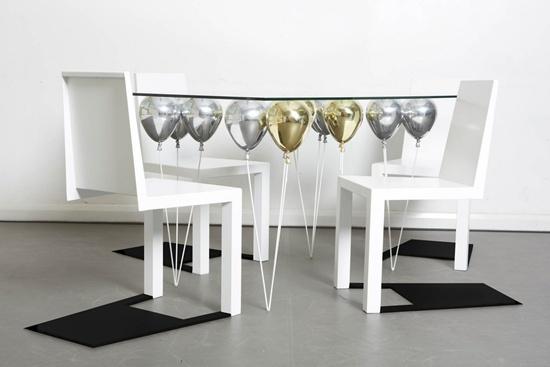 Thiết kế bàn độc đáo với phần chân là những quả bóng bay.