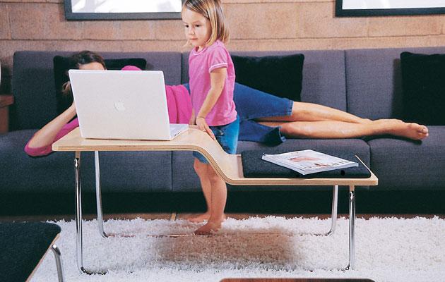 Sofa nhỏ gọn mà vẫn đẹp với bạn làm việc nhỏ phía trước