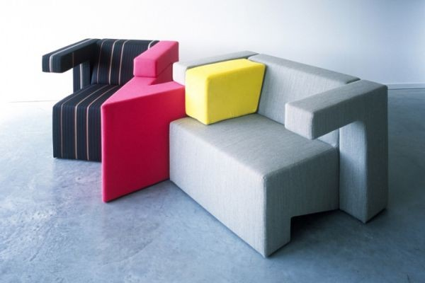 Bộ sofa này gồm những chiếc ghế đơn nhiều màu sắc.