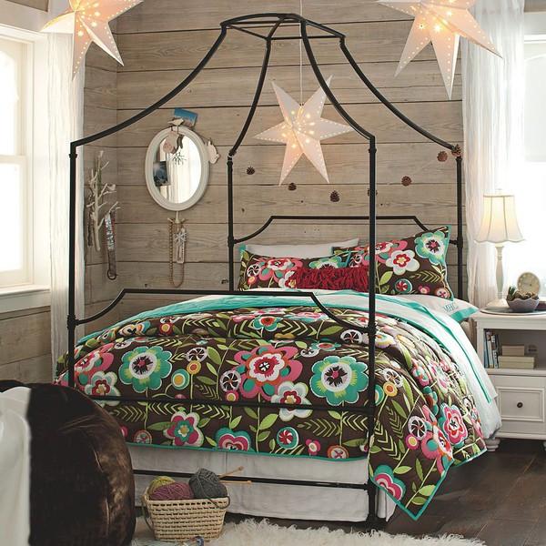 Chiếc giường rất thời thượng, phong cách và không kém phần cá tính với khung thép lớn tuy đơn giản nhưng lại có những điểm nhấn góc cạnh.