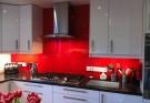 Kính màu cường lực được gia công theo kích thước thực tế của tường bếp nhà bạn.