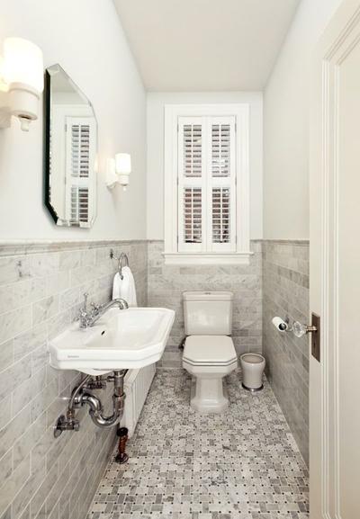 Gam màu trung tính làm giảm bớt sự chật chội của phòng tắm nhỏ, hẹp.