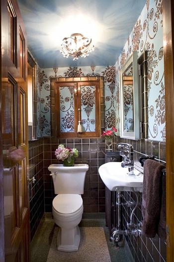 Đèn trần rực rỡ kết hợp với gương phản chiếu ở tường hai bên làm cho căn phòng tươi sáng hơn, nhờ đó trông rộng rãi hơn.