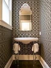 Giấy dán tường với hoạ tiết lập thể sẽ khiến bạn phải bối rối về kích thước thật của phòng tắm này.