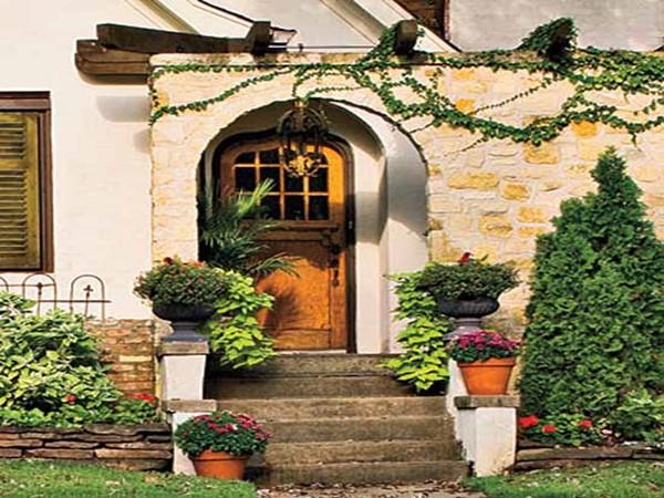 Wedo thiết kế không gian trước nhà với cửa gỗ và hoa