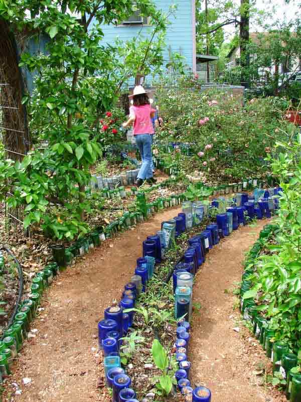 Wedo thiết kế tiểu cảnh sân vườn đơn giản và độc đáo với  chai nhựa tái chế