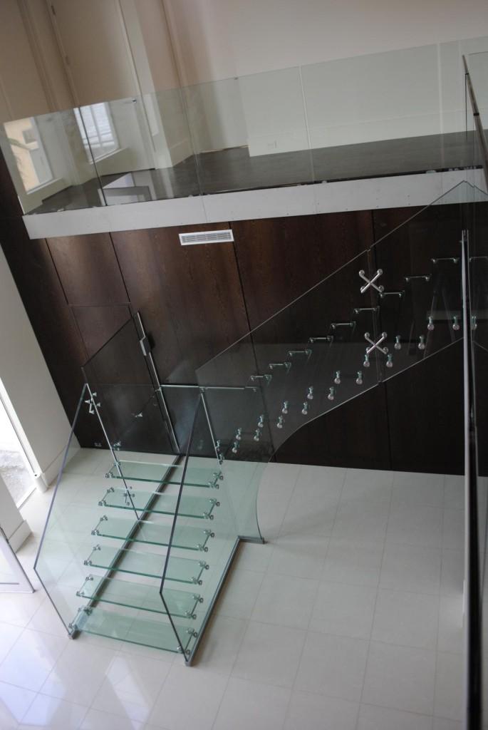 Wedo thiết kế cầu thang kính cho nhà hiện đại thanh lịch hơn