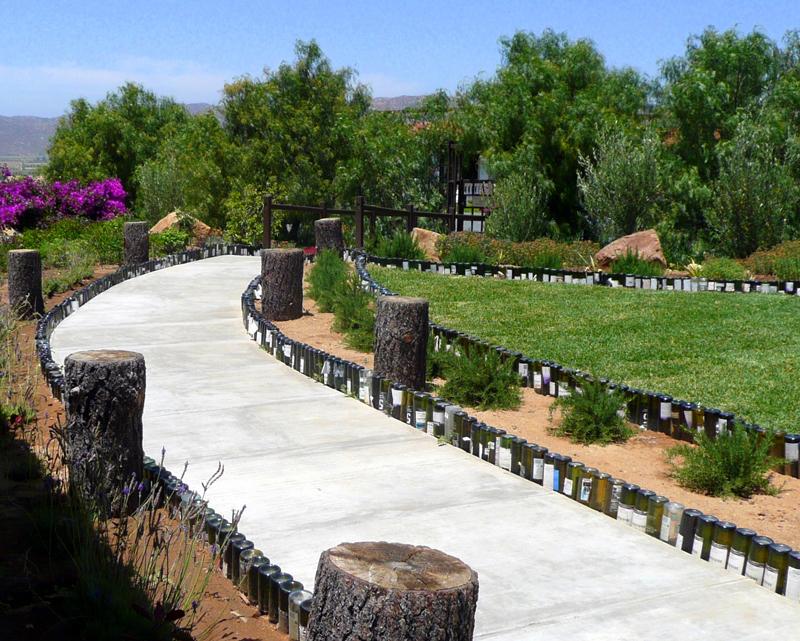 Wedo tư vấn trang trí sân vườn đẹp độc đáo với vỏ chai rượu cũ