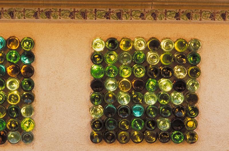 Wedo tư vấn trang trí tường nhà đẹp với vỏ chai rượu cũ