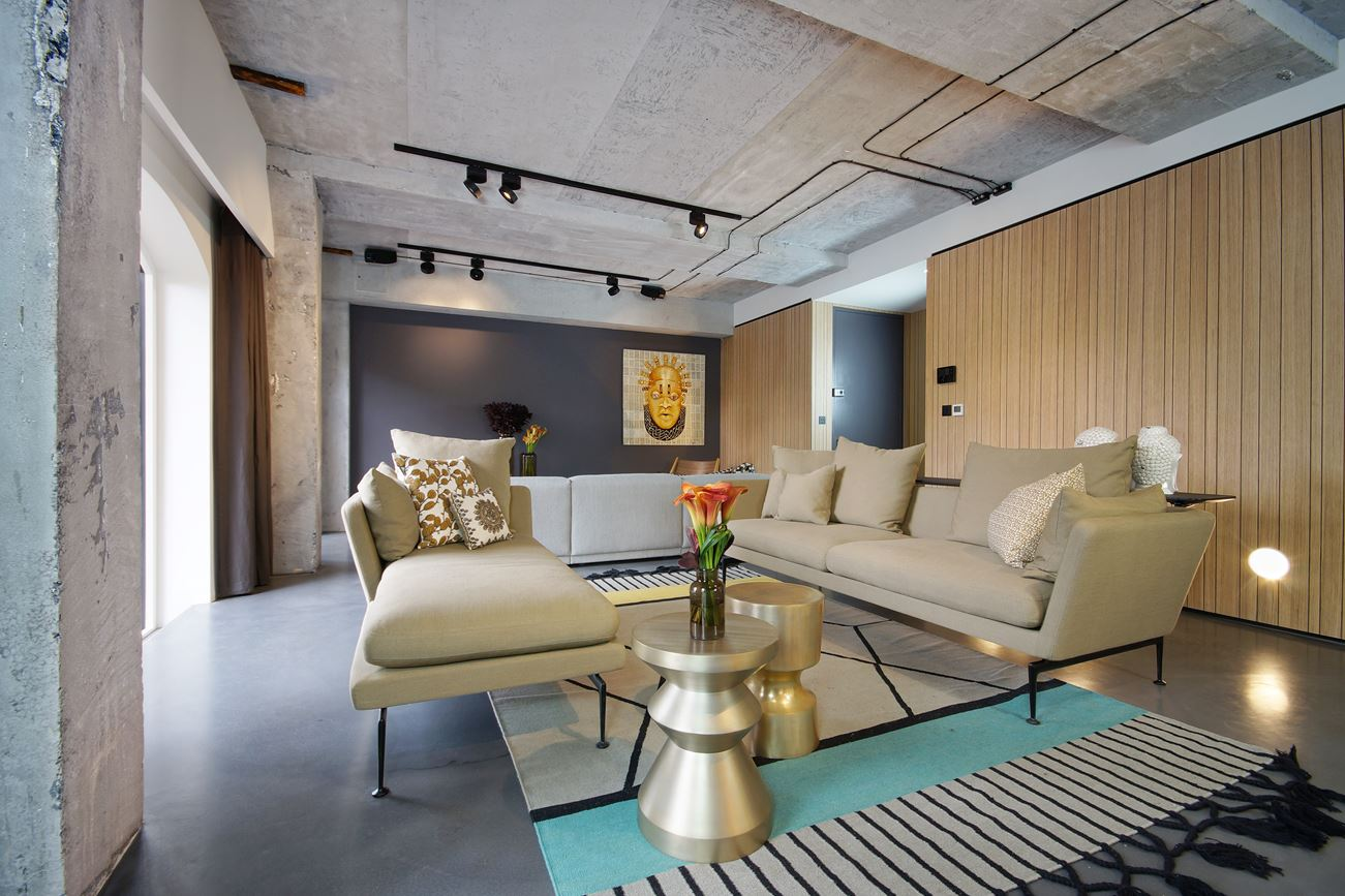 Thiết kế, cải tạo nhà kho thành phòng khách với nội thất hiện đại, sang trọng