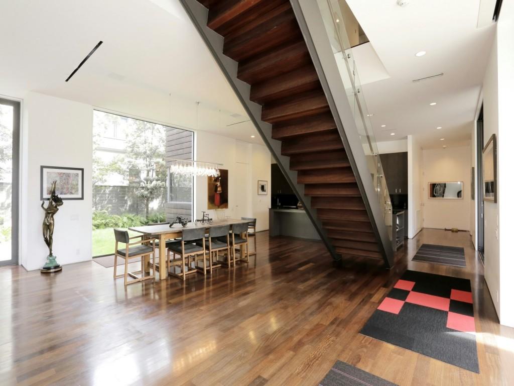 mẫu thiết kế phòng khách, cầu thang hiện đai, đơn giản và tiện nghi