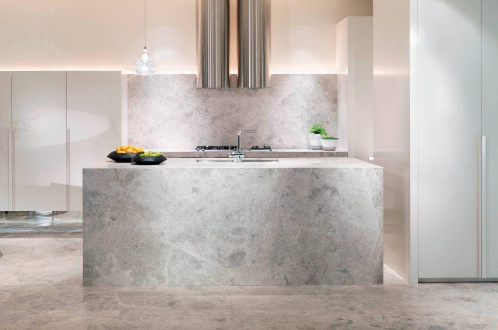nhà bếp đẹp với đá cẩm thạch.