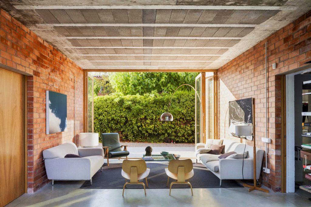 thiết kế thi công nội thất phòng khách đẹp với gạch trần.