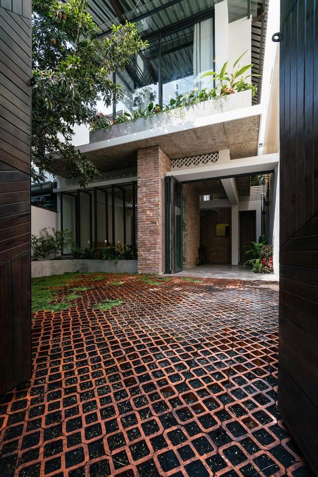 [Ảnh] Thiết kế đặc biệt giúp ngôi nhà ở TP HCM chống lại nắng nóng - Ảnh 1.